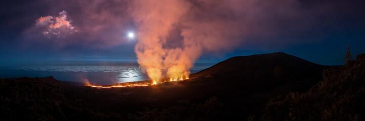 le Piton de la Fournaise en éruption , Ile de la Réunion .