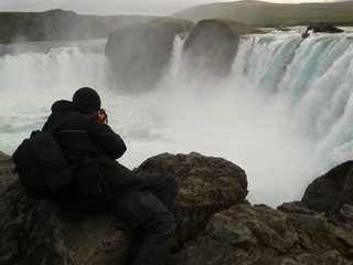 Uomo che fotografa cascata Godafoss in Islanda