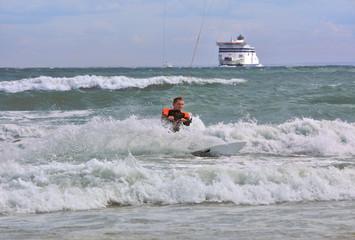 surfer la main dans l'eau