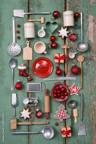 weihnachtliche antike dekoration mit alten miniaturen aus der k chen puppenk che mit holz in. Black Bedroom Furniture Sets. Home Design Ideas