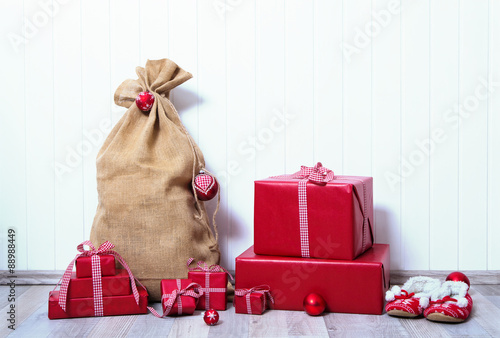 Weihnachtsgeschenke Sack.Hochformat Holz Hintergrund Mit Weihnachtsgeschenke Und Sack Mit