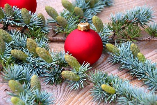 weihnachtskugeln und ast aus zedernholz