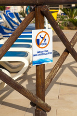 "Photograph of sign saying ""No Diving"" and ""No Zambullirse"""