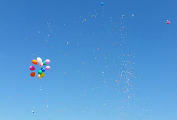 цветные воздушные шарики в небе