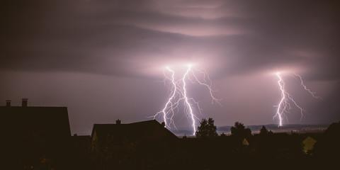 Gewitter Blitze über Stadt