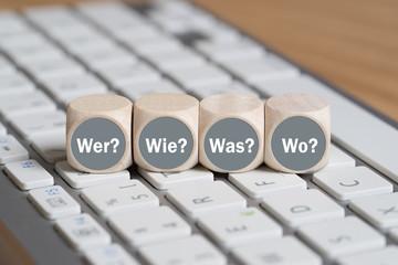 Würfel mit Wer, Wie, Was, Wo auf Tastatur