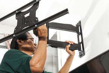 Man installing mount TV