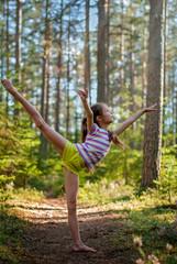 Девочка тренируется на природе