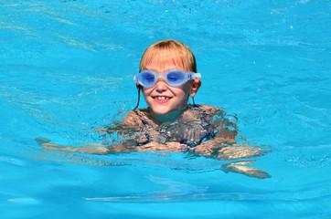Kind beim schwimmen im pool
