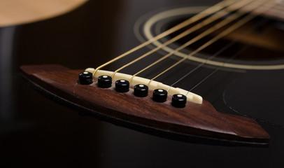 Schwarze Gitarre mit braunem Steg