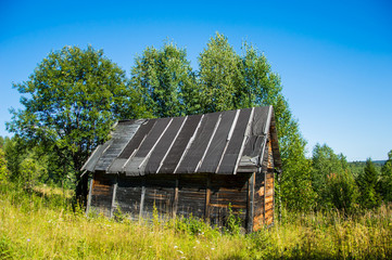 старый деревянный дачный домик с треугольной крышеый