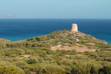 paesaggio collinare con vista sul mare della Sardegna