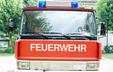 Das Wort Feuerwehr auf einem Feuerwehrauto