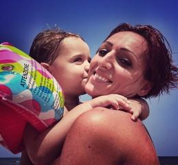 Mamma e figlia sulla spiaggia