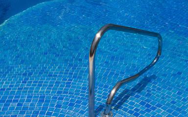 Swimmingpool mit Haltestange