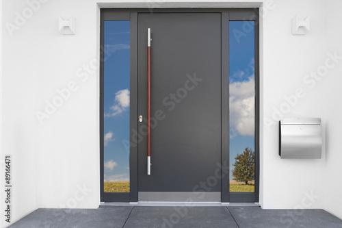 haust r eingang photo libre de droits sur la banque d 39 images image 89166471. Black Bedroom Furniture Sets. Home Design Ideas