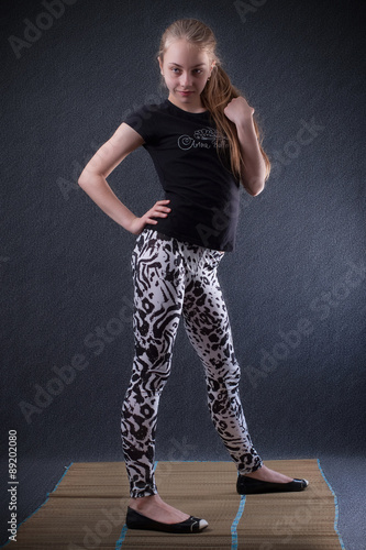 Секси девочка в лосинах