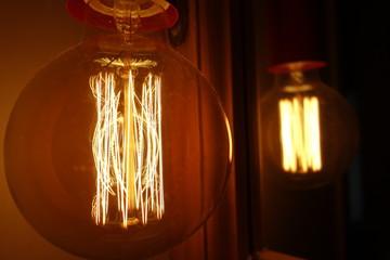 leuchtende Glühbirne mit Glühdrähten