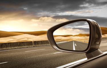 Fototapeta strada nel deserto riflessa nello specchietto retrovisore esterno