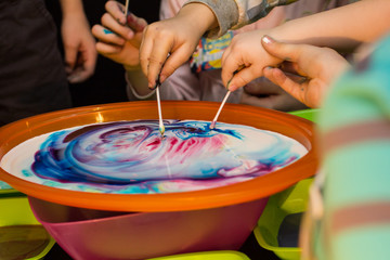children experiment with the colors in the dishes