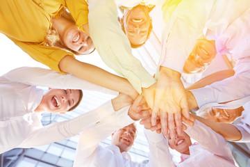 Gruppe Geschäftsleute stapelt Hände zur Motivation