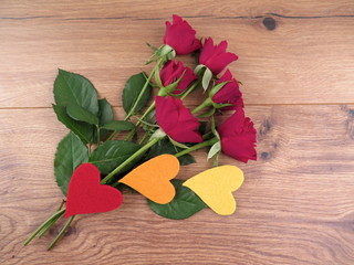 Rote Rosen mit bunten Herzen