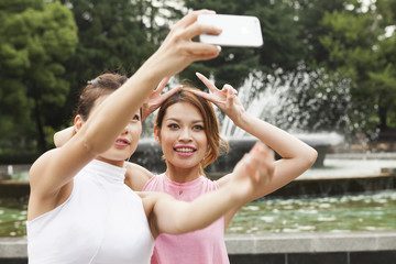 Women who have a commemorative photo in front of the fountain