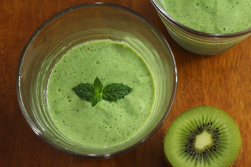 Komatsuna and apple and kiwi smoothie