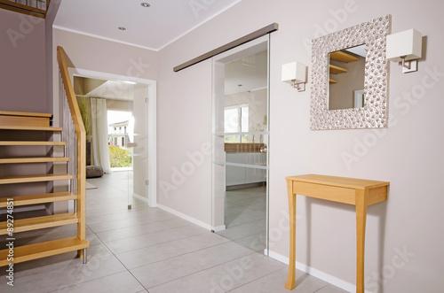 Moderner eingangsbereich im einfamilienhaus stockfotos for Einfamilienhaus innen