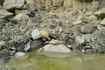 Prace w kamieniołomie - porzucone rękawice