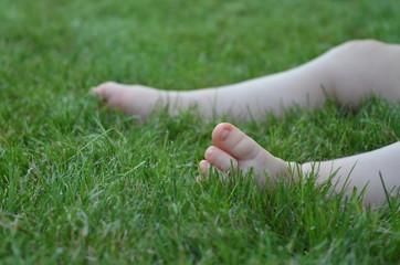 Babyfüße im grünen Gras