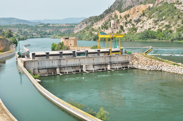 Foto op Aluminium Rivier Spanish river Ebro with hydrological constructions