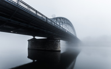 Photo sur Aluminium Pont Pilsudski steel bridge over the Vistula river in Krakow in the morning fog