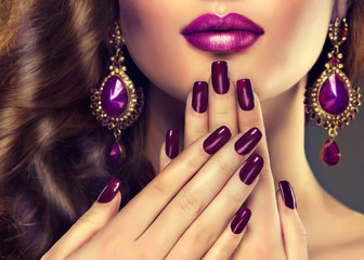 Fototapeten Maniküre Luxury fashion style, manicure nail , cosmetics and make-up . Jewelry , large purple earrings