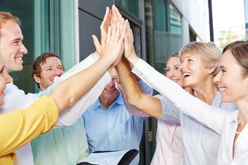 Geschäftsleute geben sich High Five mit den Händen