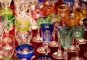 Flohmarktstand mit alten Gläsern