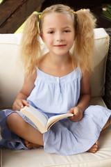 blondes kleines Mädchen möchte ein Buch lesen