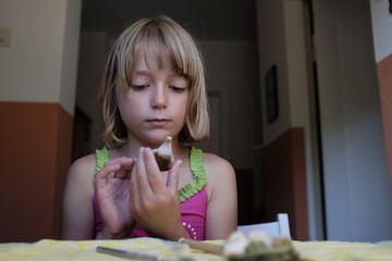 Mädchen beim Töpfern