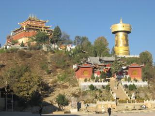 香格里拉(シャングリラ)旧市街のはずれにある、朝日に照る大仏寺/中国雲南省