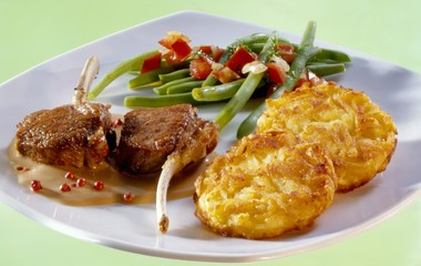 Lamb chops in pepper sauce with rösti and French beans