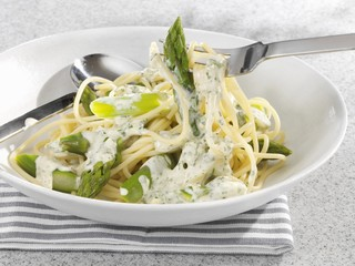 Spaghetti with green asparagus and cream sauce