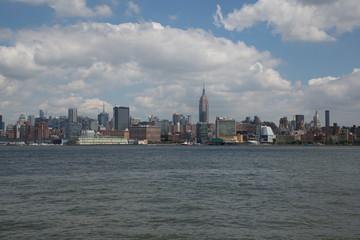 paesani e grattacieli della città di new york con statua della libertà