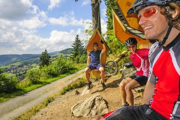 Fototapete - Pause mit Aussicht beim Mountainbiken