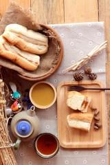 Bread with milk tea custard and hot tea.