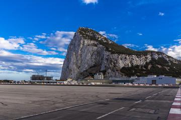 Flughafen und Rollfeld vor dem Felsen von Gibraltar