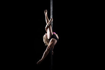 Frau tanzt an der Pole Stange