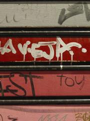 Persiana metálica pintada con grafitis