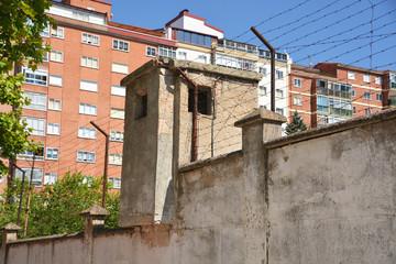 caseta de vigilancia en los muros de una prisión