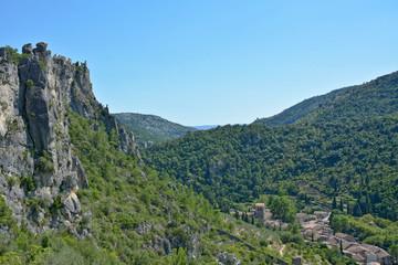 St guilhem le désert et les ruines du géant depuis la garrigue