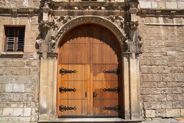 puerta de madera de un edificio antiguo